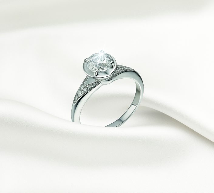 BVLGARI - BRIDAL COLLECTION 2017 INCONTRO D'AMORE ring in platinum with round brilliant-cut diamond and pavé diamonds.